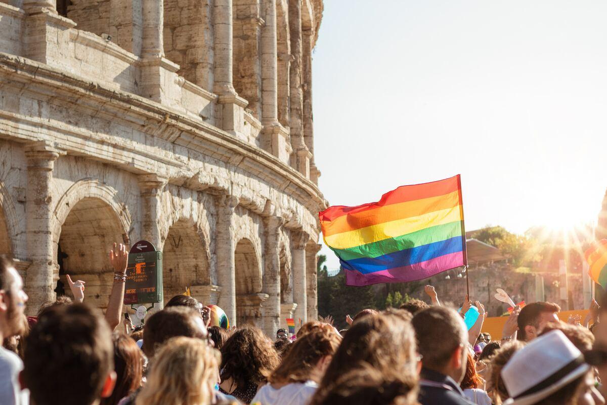 Bandiere rosse e arcobaleno